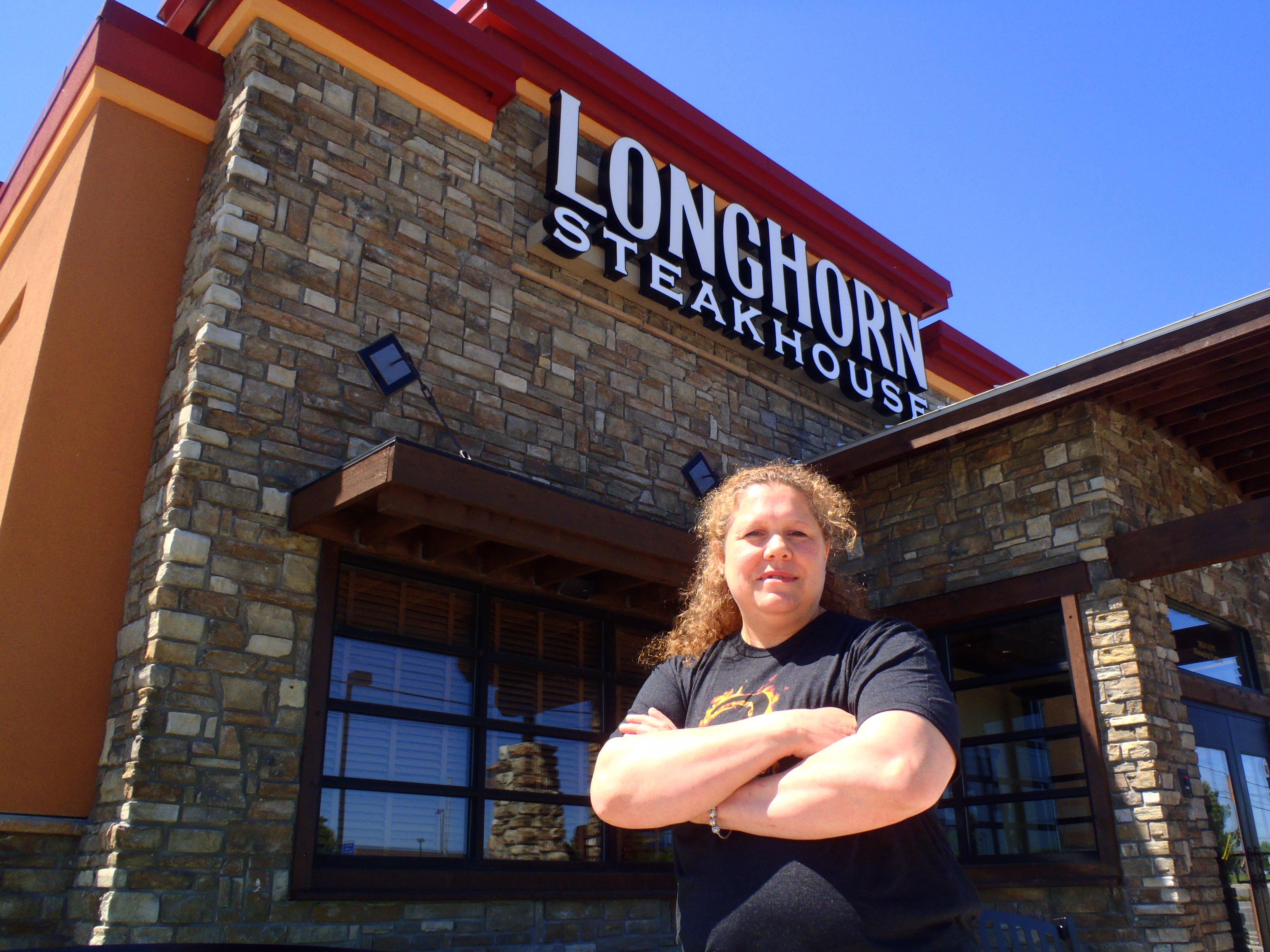 longhorn-steakhouse-ladies-grilling-tips